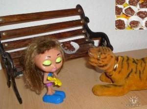Девушка, конфета и тигр